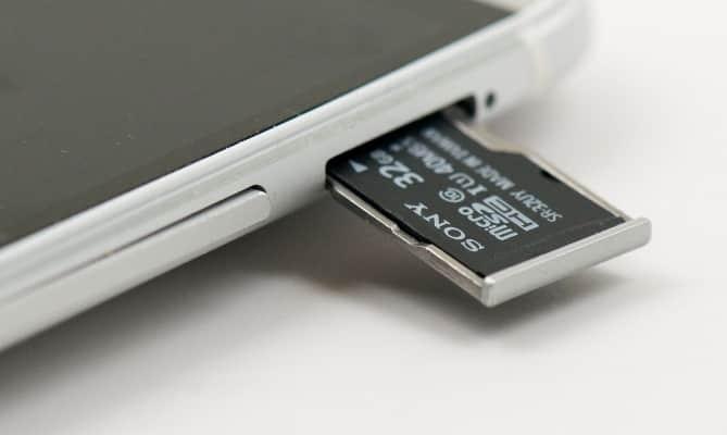 Один из примеров установки карты памяти в телефон.
