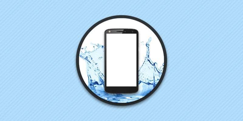 Телефон упал в воду.