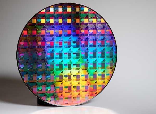 Готовая пластина с процессорами.