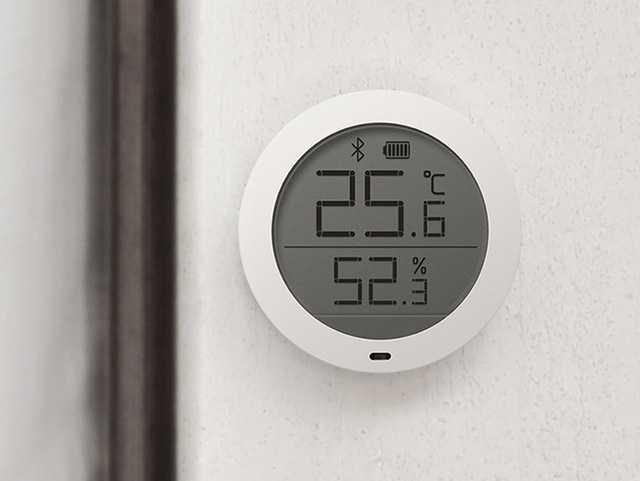 Аксессуар для умного дома с датчиками температуры и влажности.
