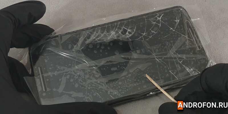 Отслоение защитного стекла со скотчем.