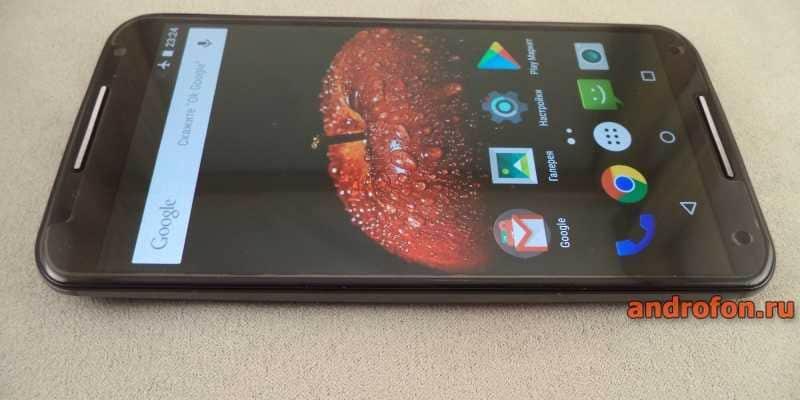 Motorola Moto X2 с установленным защитным стеклом.