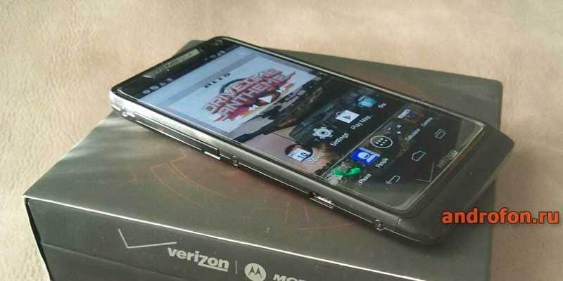 Motorola Razr M с глянцевой плёнкой.