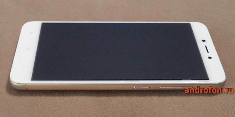 На смартфоне заводская матовая пленка.