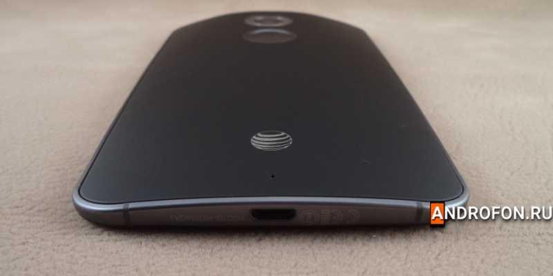 Разъем microUSB в Motorola Moto X2.