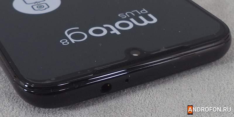 Вершина телефона Moto G8+.